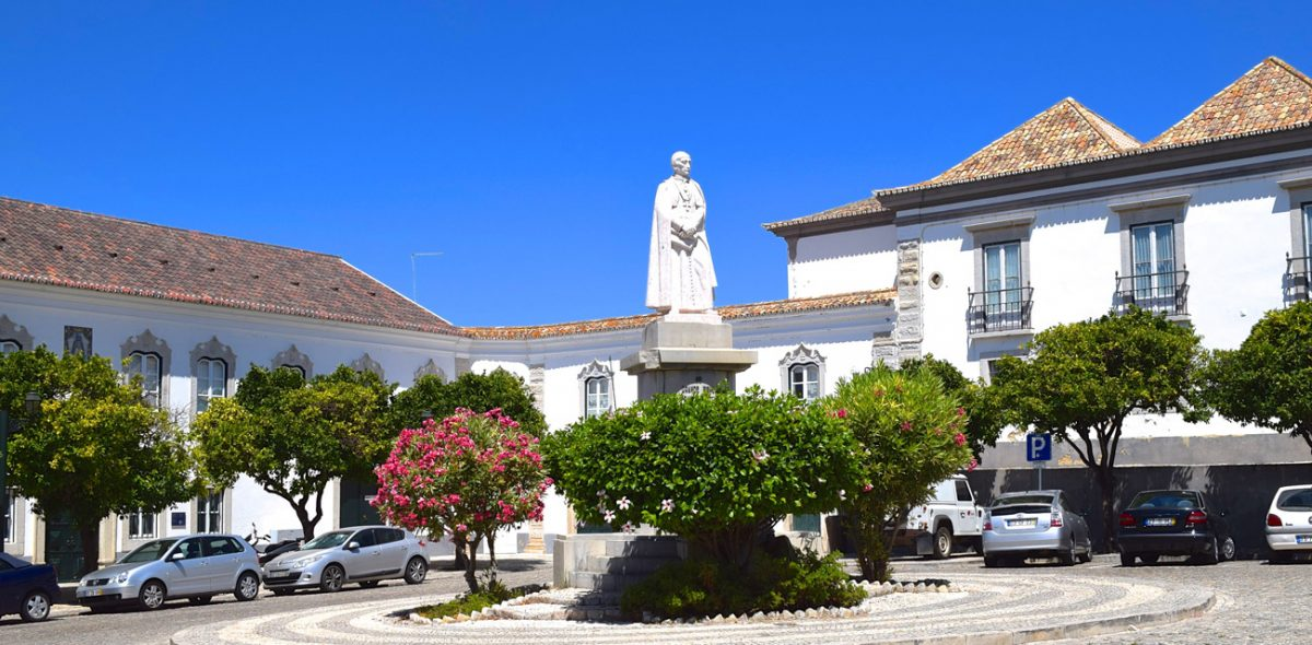 old-centre-Faro-with-statue